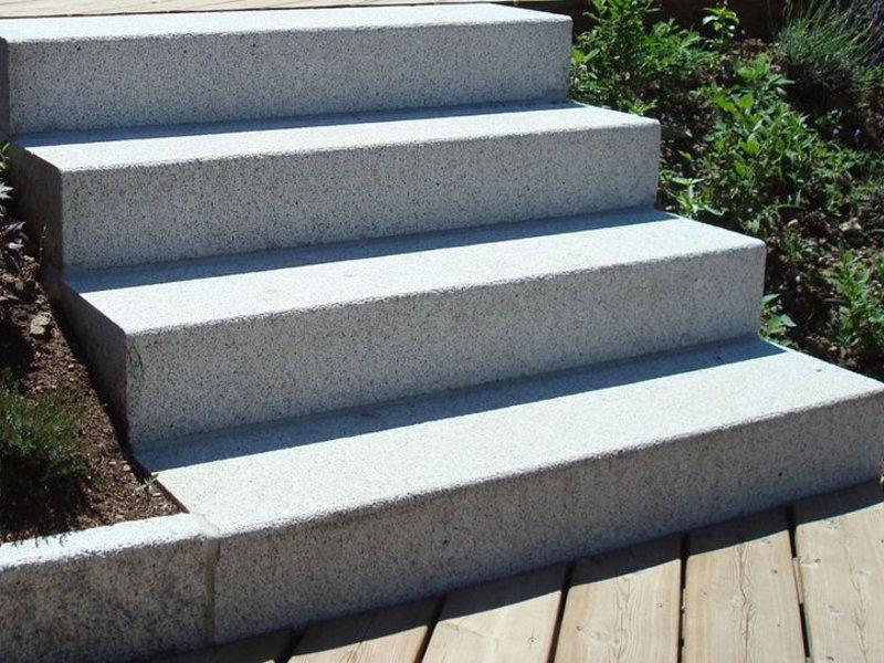 Marches granit massif agencement pierres for Marche escalier en pierre